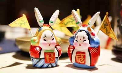 兔儿爷是中秋节期间,给孩子们玩耍娱乐的一种泥塑玩具.